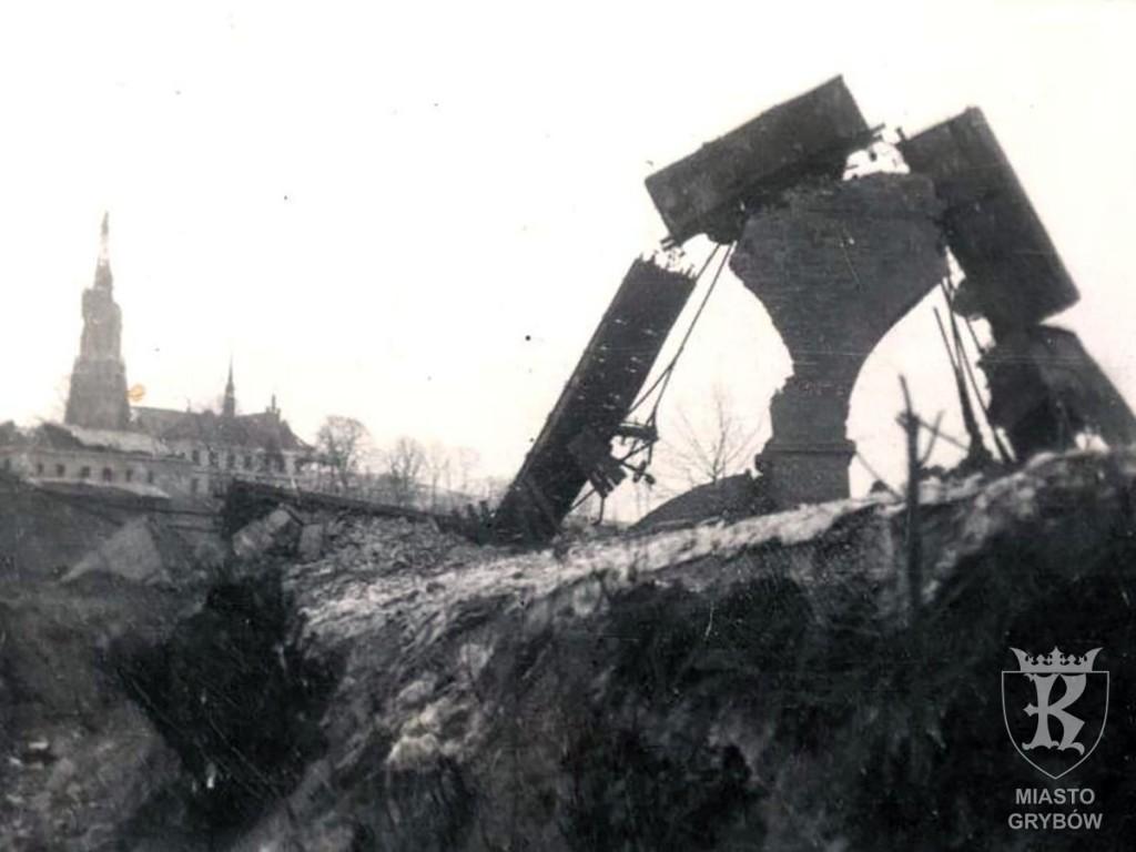 Ruiny kamiennego mostu kolejowego (styczeń 1945 rok)