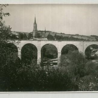 Grybów. Widok na wiadukt i kościół