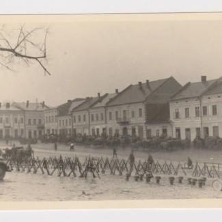 Grybów. Rynek w 1941 roku - postój żołnierzy niemieckich