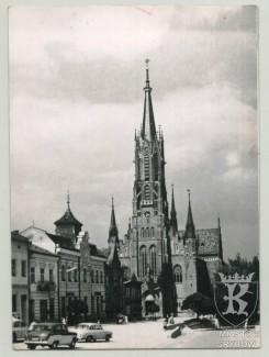 Grybów. Fragment Rynku z neogotyckim kościołem