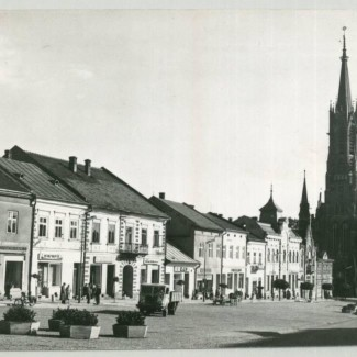 Grybów. Fragment Rynku, w głębi neogotycki kościół