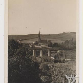 Grybów. Widok na Kościół i wiadukt