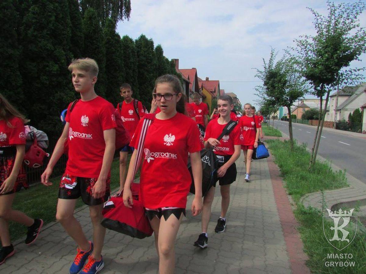 W drodze na trening. Pierwsza od prawej Ania Gomułka, za nią pierwszy od prawej Szymon Góra a za nim Julia Oleksy