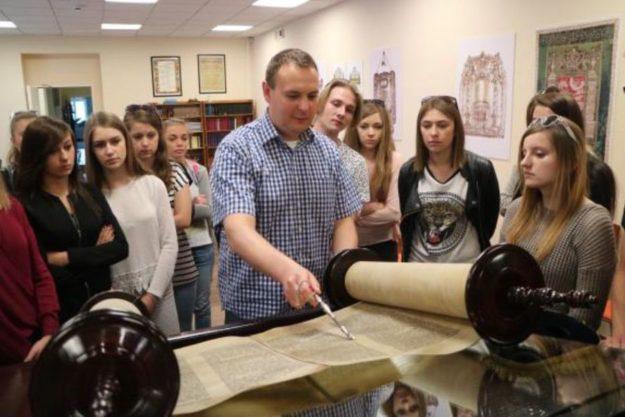 Forum Dialogu: Uczniowie z Grybowa poznają żydowską historię swojego miasta