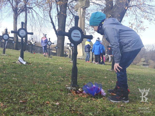 2017-11-06: Wizyta przedszkolaków na cmentarzu
