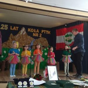 """2018-03-03: Występ """"Tęczowych Nutek"""" na 25-lecie Koła PTTK Nr w przy SP1 w Grybowie"""