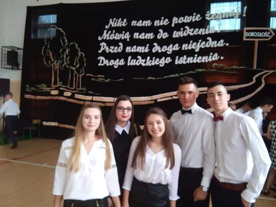 Grupa ośmioklasistów nazakończeniu roku szkolnego