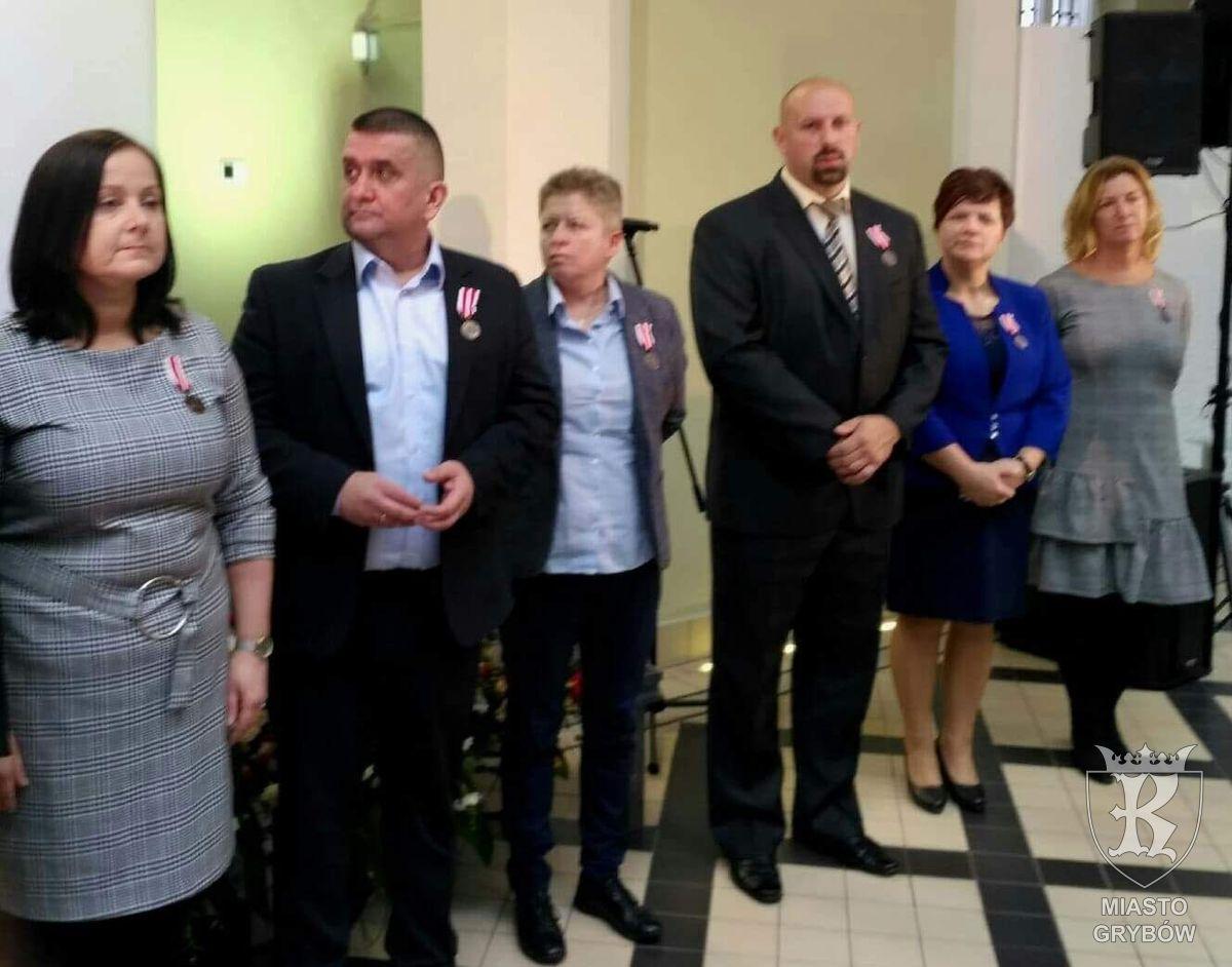 Medale KEN i Odznaka Jakości za szczególne zasługi dla nauczycieli grybowskiej Jedynki