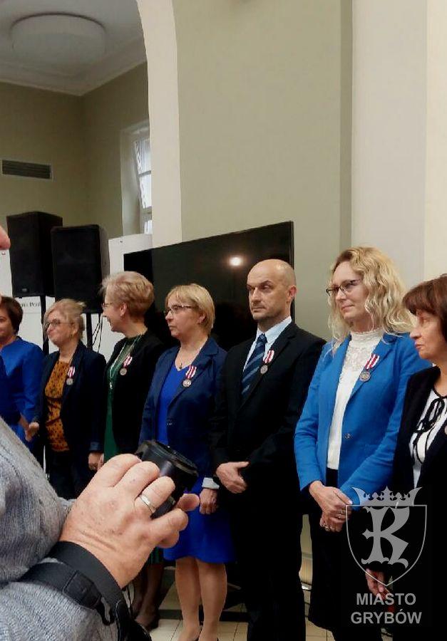 Medale KEN iOdznaka Jakości zaszczególne zasługi dla nauczycieli grybowskiej Jedynki