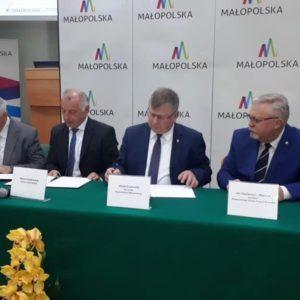 """2019-05-20: Promocja projektów """"Kierunek Kariera"""" i """"Kierunek Kariera Zawodowa"""" - podpisanie umowy z WUP Kraków"""