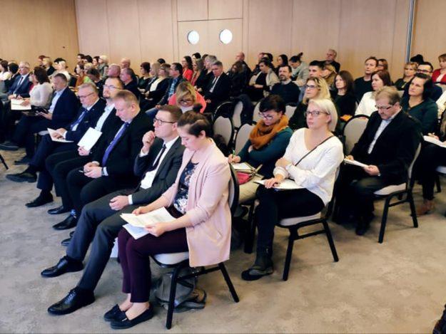 """Uczestnicy V Małopolskiej Konferencji """"Międzyinstytucjonalna współpraca w obszarze osób z niepełnosprawnościami"""""""