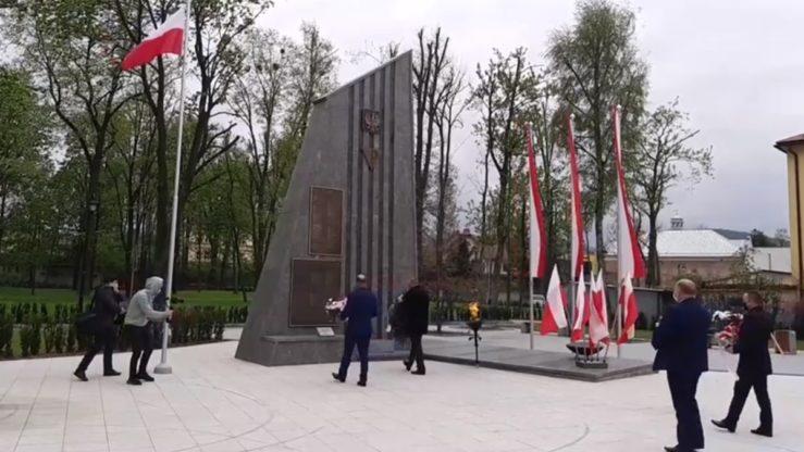 2020-05-03: Samorządowcy Miasta iGminy Grybów składają kwiaty podpomnikiem