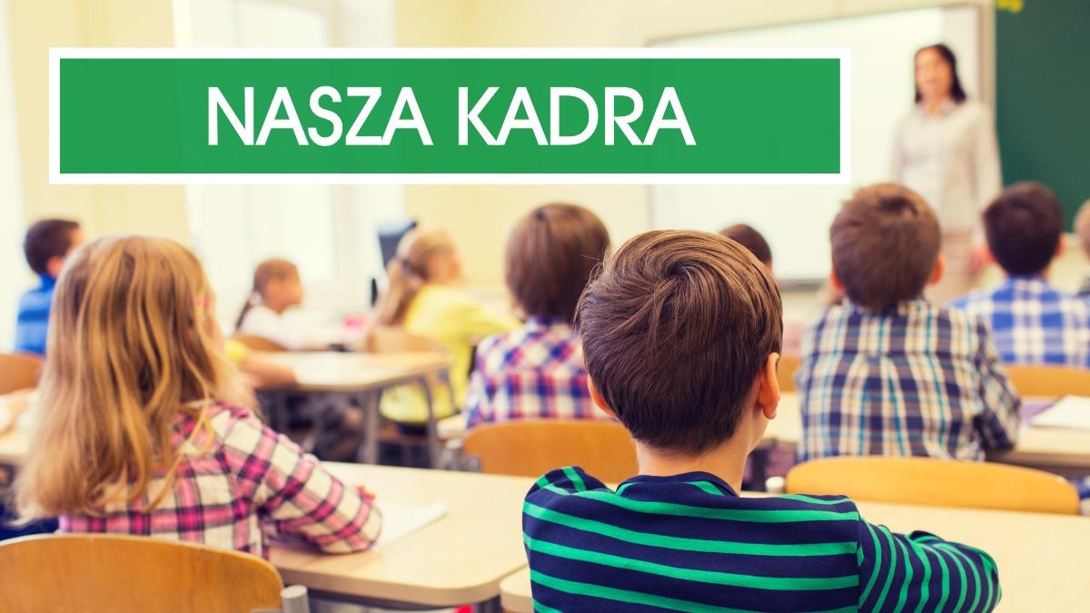 Grafika ilustrująca - widok odtyłu klasy zuczniami siedzącymi wławkach izamazana postać nauczycielki przy tablicy